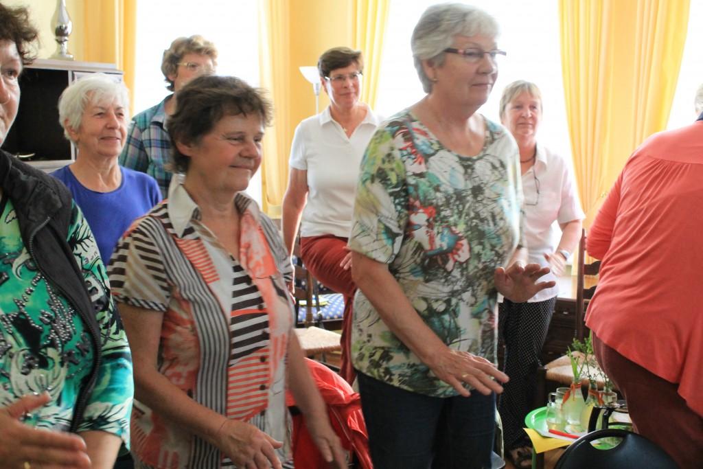 Aktive Teilnehmerinnen bei einer Überkreuzbewegung