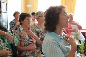 Teilnehmerinnen probieren sich aus in energetischen Übungen